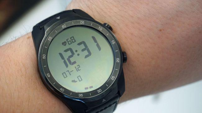 Modalità essenziale sul Ticwatch Pro con frequenza cardiaca, ora, data e conteggio passi sul display