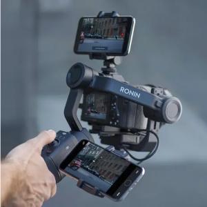 Supporto per smartphone Consente di montare uno smartphone sulla fotocamera per usare ActiveTrack, oppure sul lato dell'impugnatura per usarlo come monitor.